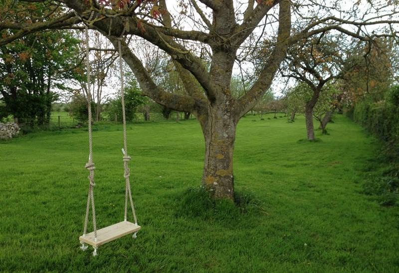 Сиденье с жестким или мягким подвесом, прикрепленное к ветке дерева или опорам, установленным на грунте или специальной площадке