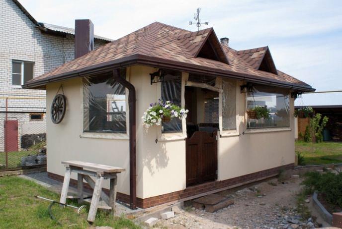 Закрытую кухню можно сравнить с домиком, только очень маленьким. В принципе, ею можно пользоваться не только летом