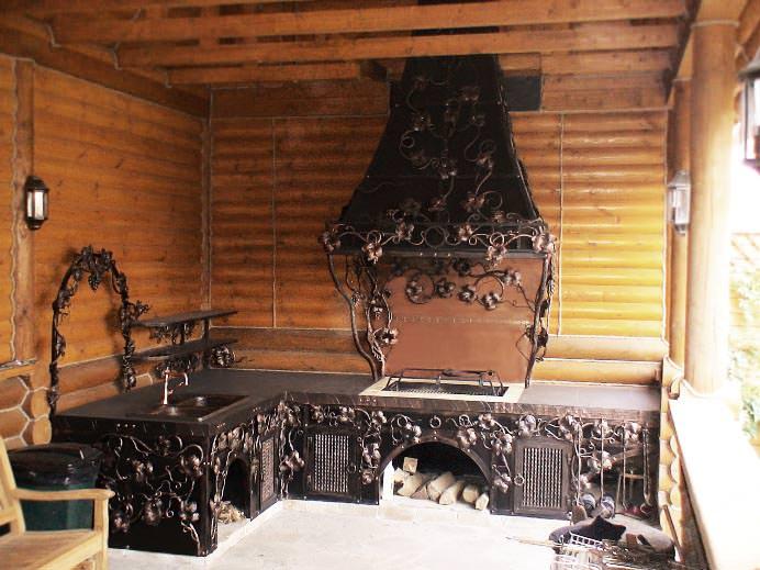 Сооружение мангала – очень популярный вариант организации места для приготовления пищи