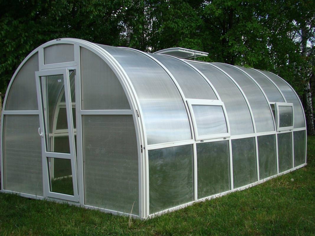 Поликарбонатные теплицы отлично подходят для выращивания зелени