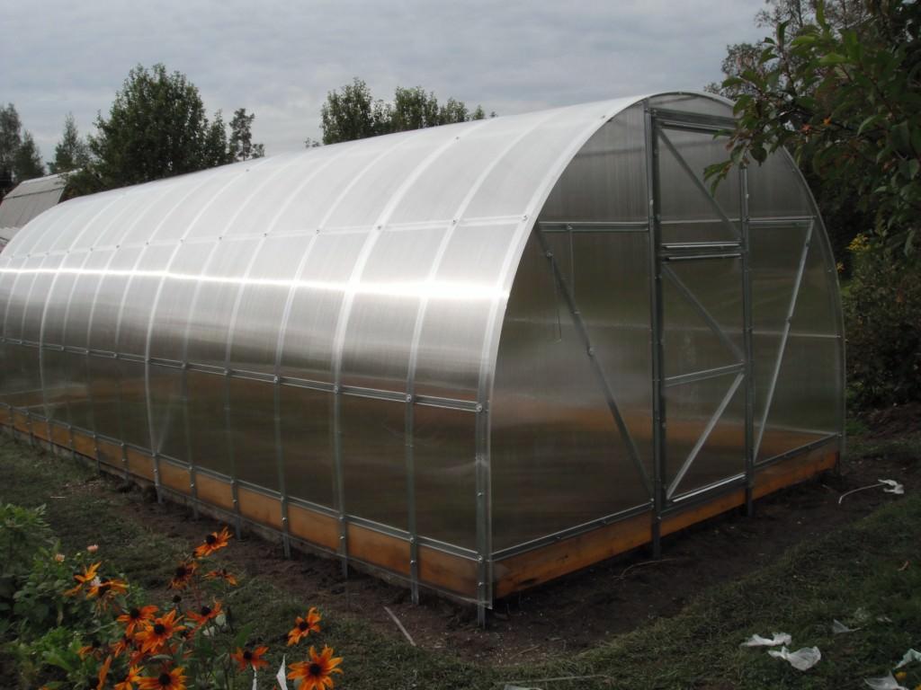 Урожай в такой теплице может расти практически в любое время года независимо от погоды