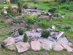 Мне всегда хотелось иметь загородный дом, с красивым садом и цветником, со всевозможными рокариями и рутариями, прудиком и качелью, где будут отдыхать мои дети и я