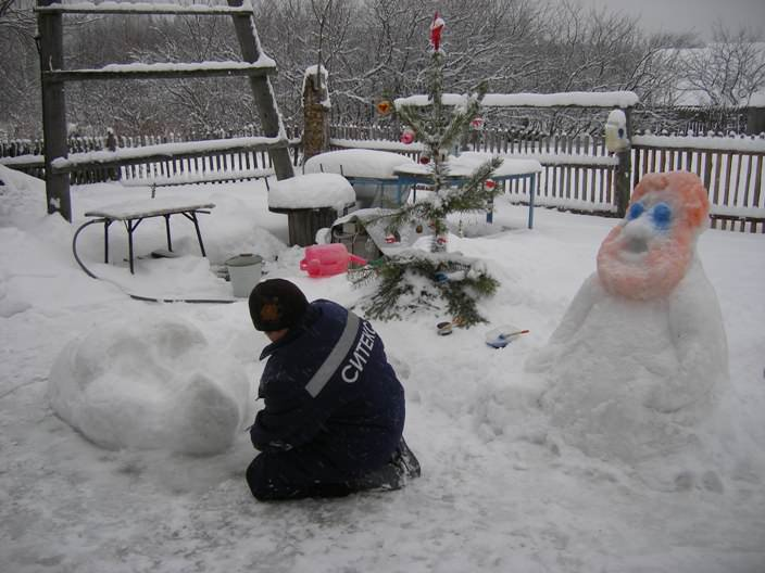 Зимой очень нравится лепить снежные фигуры