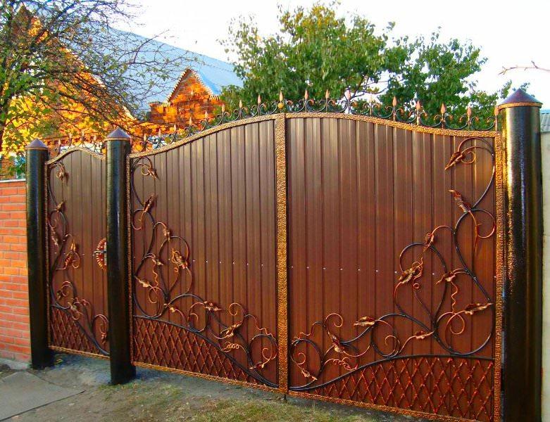 Стоимость кованых ворот достаточно высока, но кованые элементы действительно подчеркивают хороший вкус хозяина дома