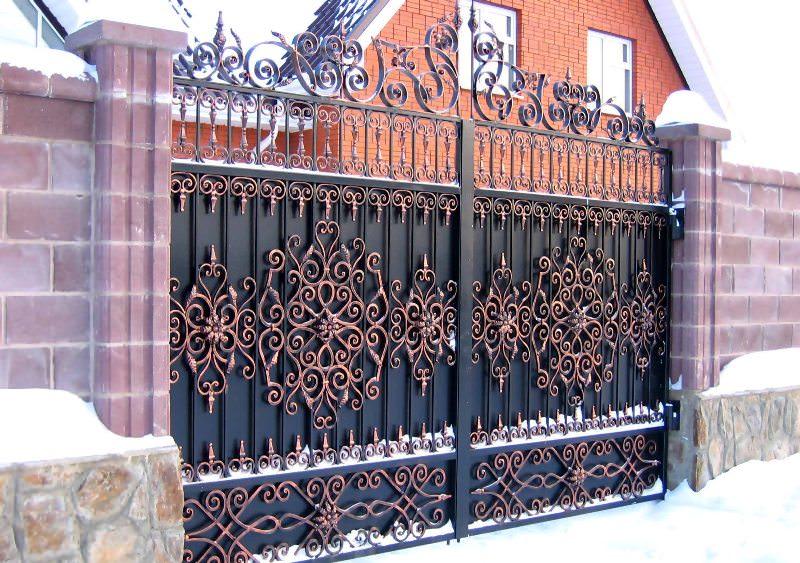 Выполнение заказа мастером обойдется значительно дороже, чем самостоятельное изготовление ворот путем сварки кованых заготовок