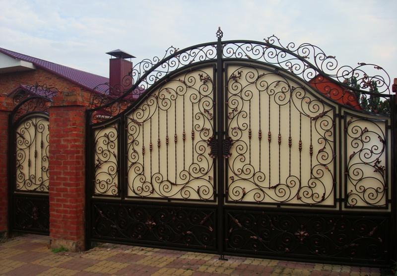 Сделать красивые кованые ворота своими руками несложно, главное - запастись терпением и аккуратностью