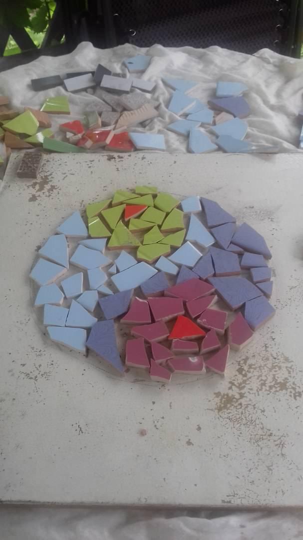 Этим летом я также начала самостоятельно делать плитку, чтобы в следующем году выложить из нее дорожку. Занятие очень увлекательное и интересное