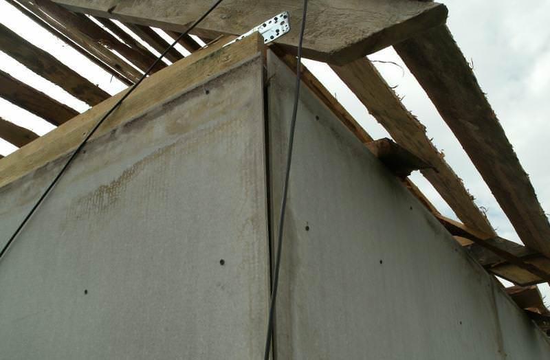 Альтернативой каркасной конструкции с брезентовыми стенками станет садовый душ из листов плоского шифера