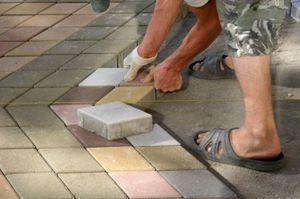 Как мостить дорожки бетонной плиткой