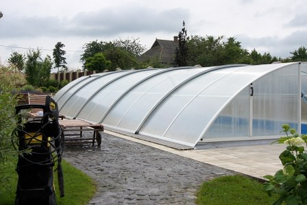 Качественный павильон для бассейна обеспечивает безопасность людей в бассейне
