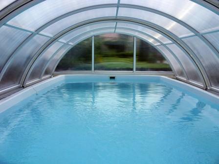 Павильон для бассейна существенно сокращает теплопотери, а значит, и экономит значительное количество электроэнергии на дополнительном обогреве бассейна
