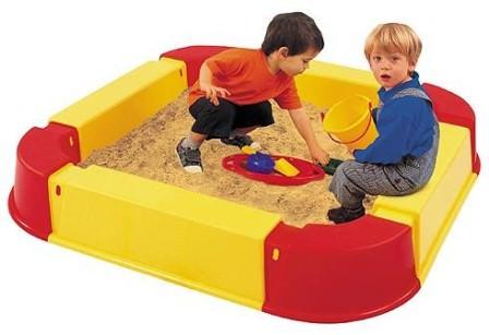 Если на сооружение детской песочницы нет времени, для оборудования места для игр можно приобрести пластиковую песочницу