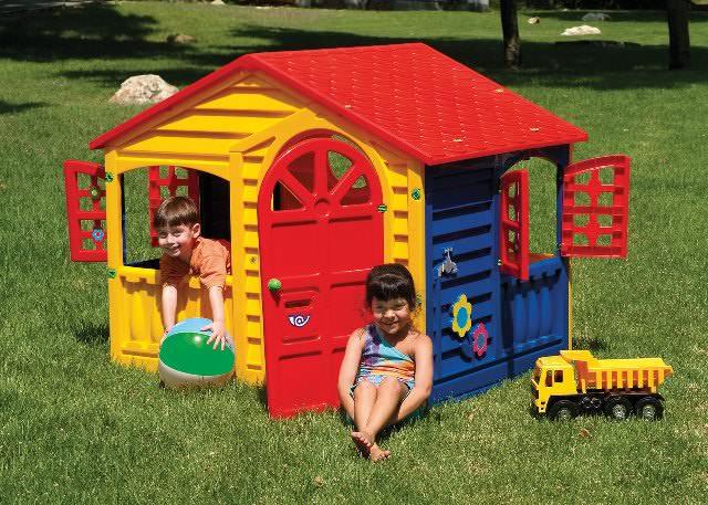 Пластиковый домик, устанавливаемый на даче, должен быть расположен таким образом, чтобы его было постоянно видно