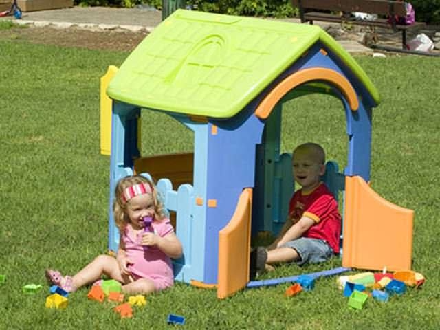 Пластиковый домик изготовлен из деталей безопасной формы. Они без острых углов и неспособны травмировать ребенка