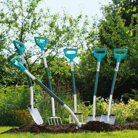 Из оригинальных презентов стоит выделить отпугиватель кротов и щуп, позволяющий определить влажность и кислотность почвы
