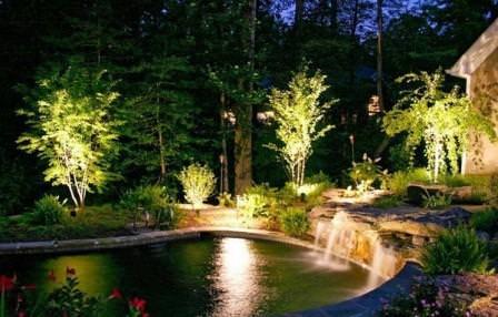 Садовая подсветка на приусадебном участке выполняет функции элемента ландшафтного дизайна