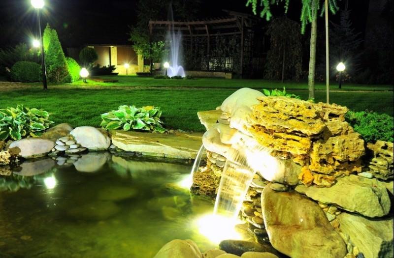 Таинственная атмосфера ночного парка или комфортное освещение зоны отдыха - это то, что дает использование светильников в саду