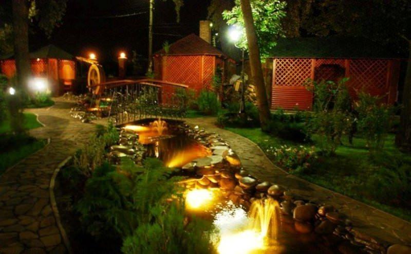Современные устройства для подсветки садовых дорожек и водоемов весьма разнообразны