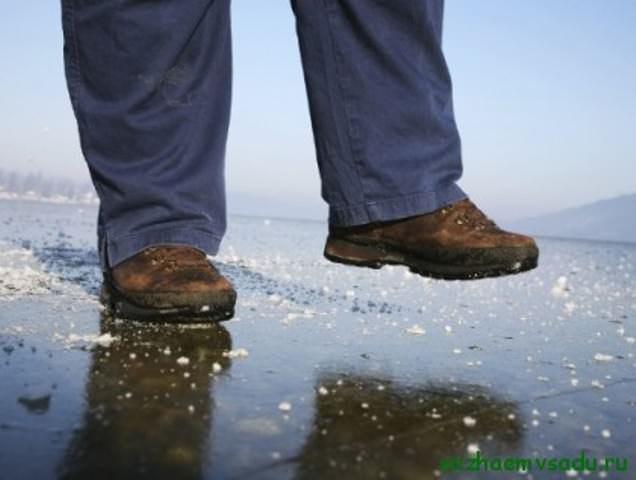 В первую очередь, вам нужно добраться до ближайшего места хранения песка. Вспомните, где он мог оставаться после последней стройки