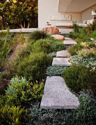 Чтобы разнообразить ландшафт хорошо использовать однолетние травы, которые подсеиваются весной