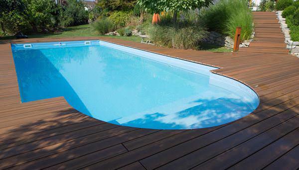 Сделать зону вокруг бассейна можно из террасной доски из лиственницы