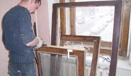 Разбирать старые окна нужно очень аккуратно, чтобы еще больше не повредить их
