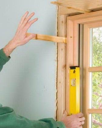 Установите оконные рамы по уровню, примените для крепления деревянные или пластиковые клинья