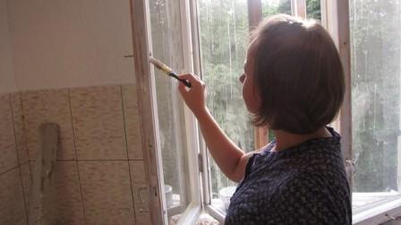 Красим старые дачные окна после грунтовки и высыхания грунта
