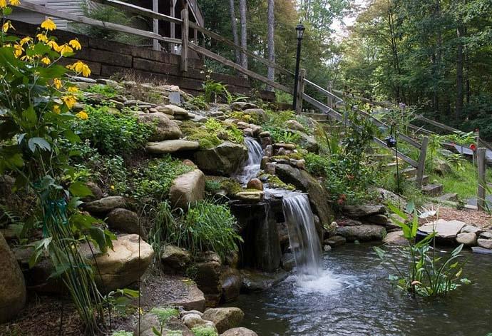 Для пруда с течением можно использовать систему водопадов