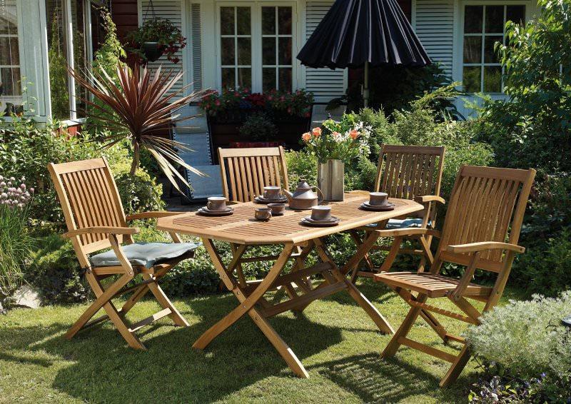 Мебель из акации, равно как и другая деревянная мебель, требует большего ухода, чем полимерные или металлические конструкции