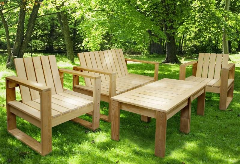 Лучше использовать деревянную мебель только в тёплое время года, и убирать её в крытое помещение с наступлением холодов