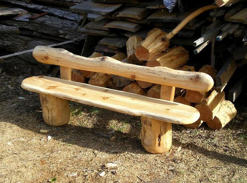 Это стандартная деревянная лавочка. Модель отличается особым аскетизмом в дизайне