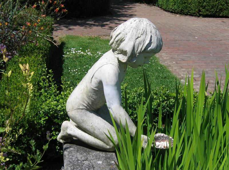На территории можно увидеть статуи, посетить кафе и чайную комнату