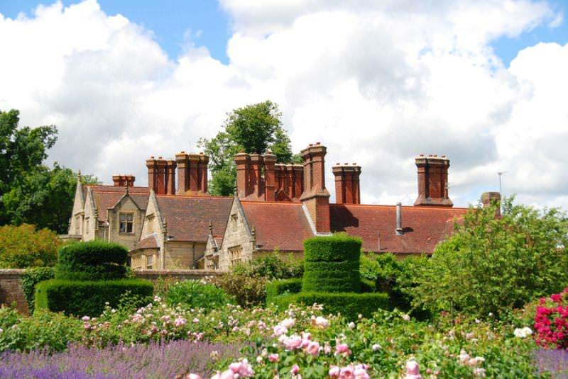С июня по сентябрь во всей красе перед посетителями предстают травянистые растения и розы