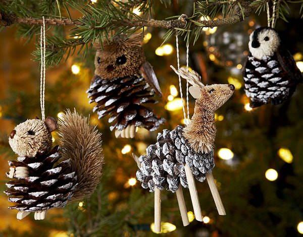 Если у вас дома есть сосновые или еловые шишки, можно выполнить из них красивые украшения для елки