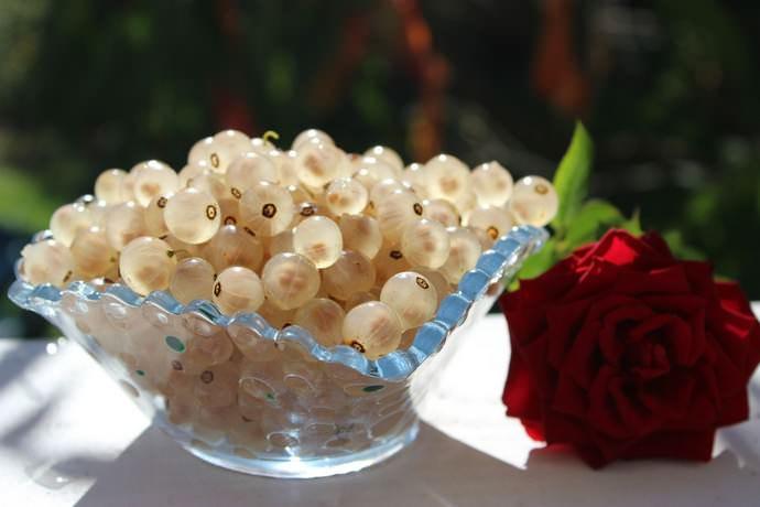 К достоинствам спелой ягоды белой смородины относится высокое содержание в составе пектиновых веществ, калия и железа
