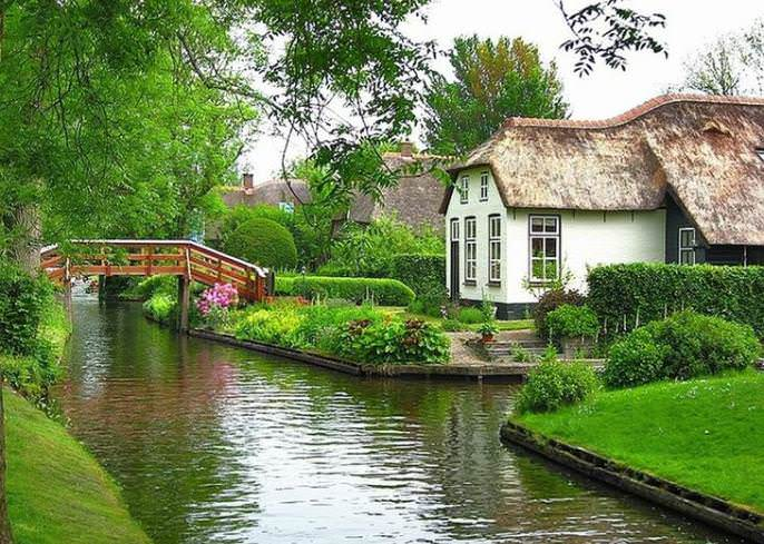 В деревне Гитхорн берега каналов соединяют очаровательные деревянные мостики, которых тут более пятидесяти