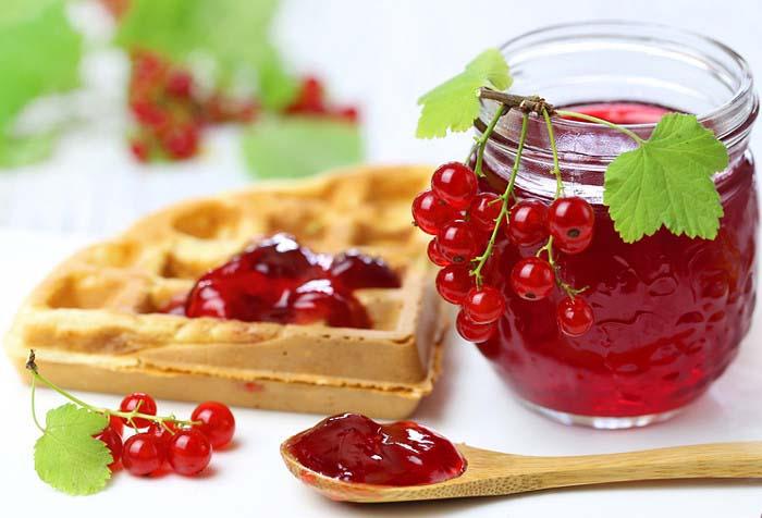 Красная смородина насыщает организм витаминами и дает заряд энергии