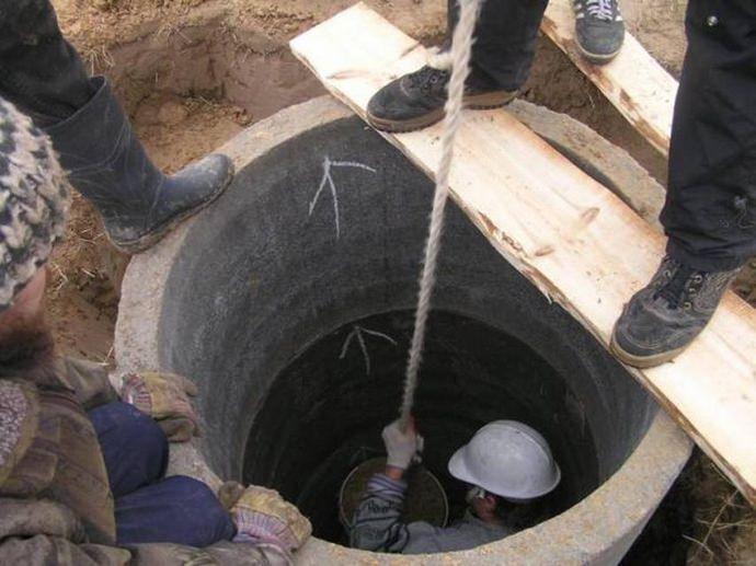 Закрытый метод заключается в копке внутри установленной железобетонной конструкции, что позволяет кольцу опускаться под собственной тяжестью
