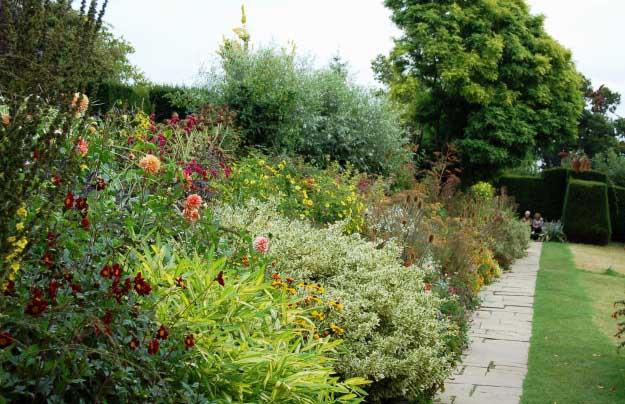 Многочисленные садовые кабинеты сада Грейт Дикстер поражают многоликостью и видовым разнообразием растений