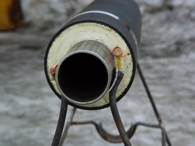 При монтаже водопровода осуществляется утепление трубы специальным утеплителем
