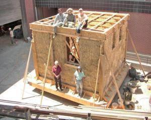 Внимательно подумайте, стоит ли нанимать специалистов или Вы сможете сделать дачный соломенный домик своими силами