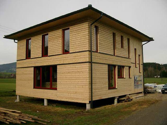Если правильно подойти к строительству дома из соломы, то можно построить его своими руками, таким образом сэкономив на профессионалах