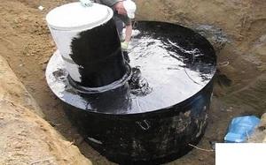 Способ устройства внутренней и наружной гидроизоляции колодца из бетонных колец