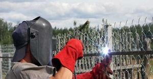 Способы крепления сетки рабицы на забор