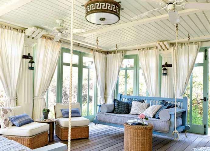 Для создания французского стиля используют большое количество светлых полотен