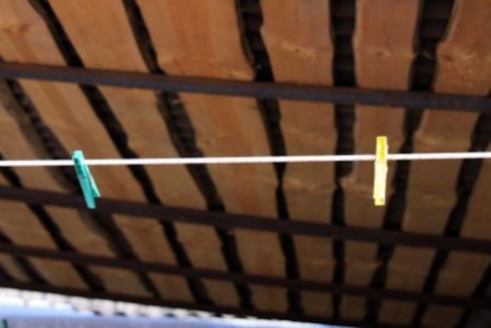 Обыкновенная сушилка для белья — несколько натянутых веревок