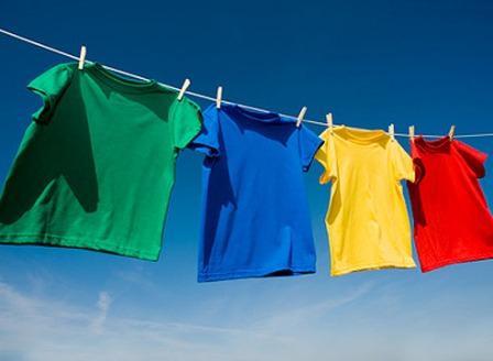 Сушим одежду на дачном дворе, поодаль от пыльного огорода и хоздвора
