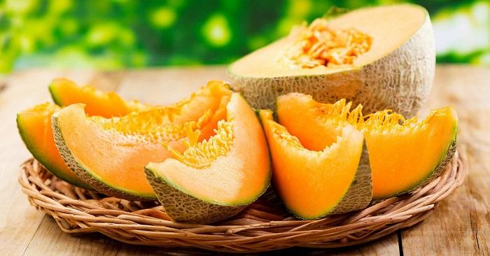 Мякоть дыни содержит активные вещества, которые способствуют выработке так называемого гормона счастья или серотонина
