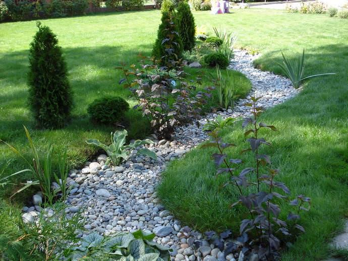 Главным при выборе места для ручья в саду является то, чтобы элемент органично вписывался в окружающий пейзаж